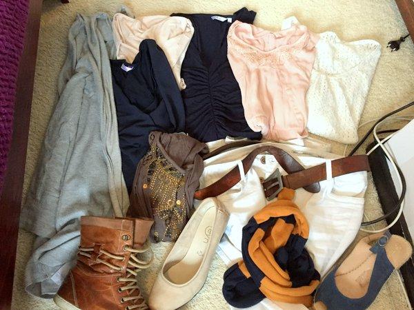 1 broek, 1 vest, 5 tops, 3 paar schoenen, accessoires minimale garderobe combineren duurzaam