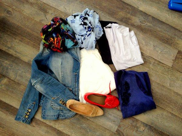spijkerjasje witte broek rode schoenen