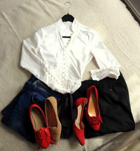 witte blouse rode schoenen spijkerbroek pantalon